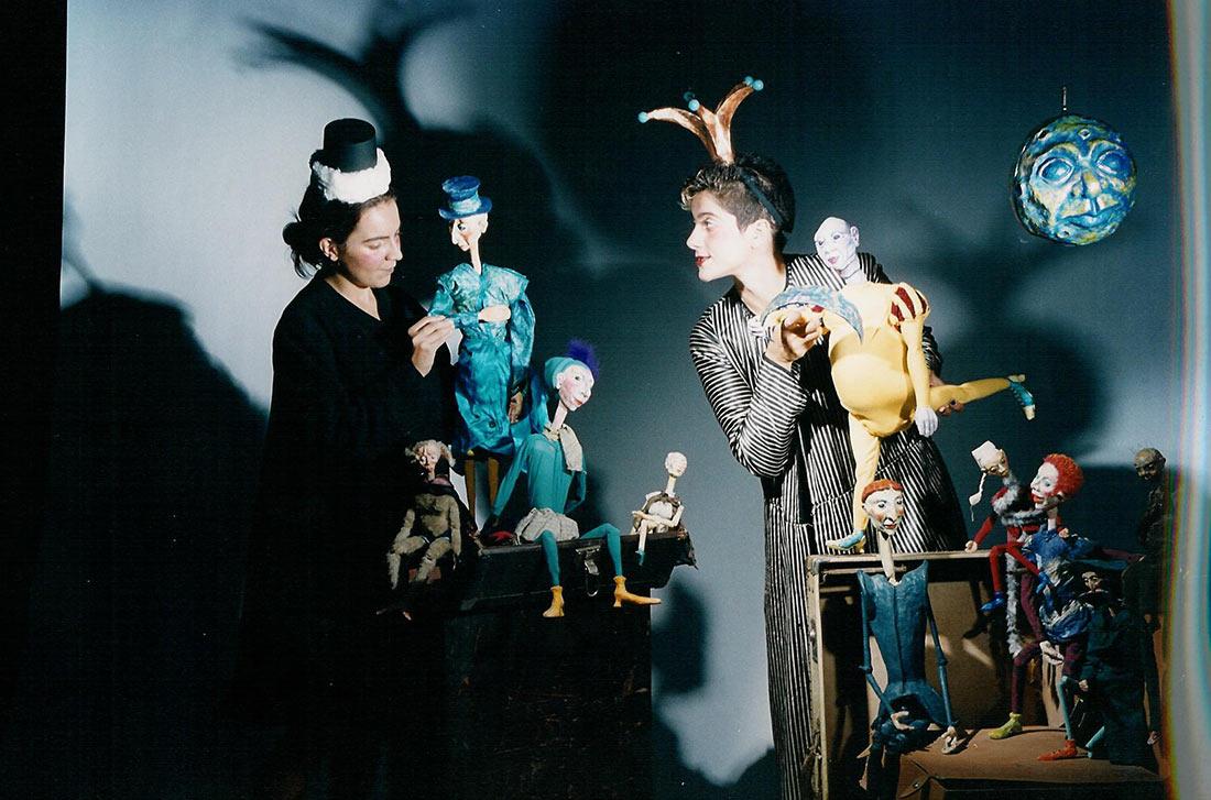 Σκηνή από την παράσταση Τα πέντε δάχτυλα και το φεγγάρι