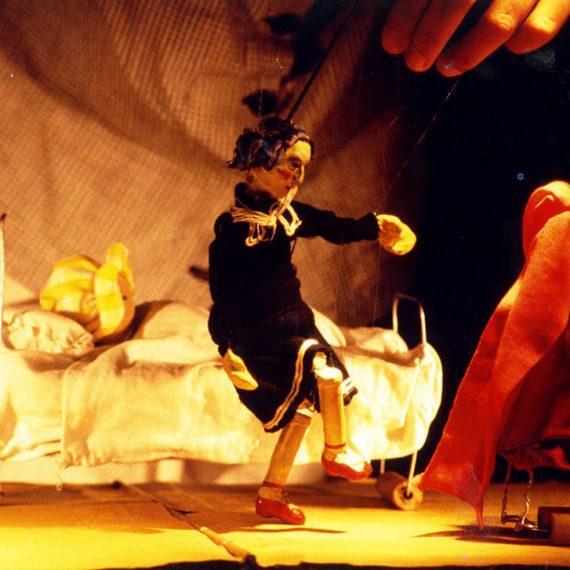Σκηνή από την παράσταση Τα κόκκινα παπούτσια