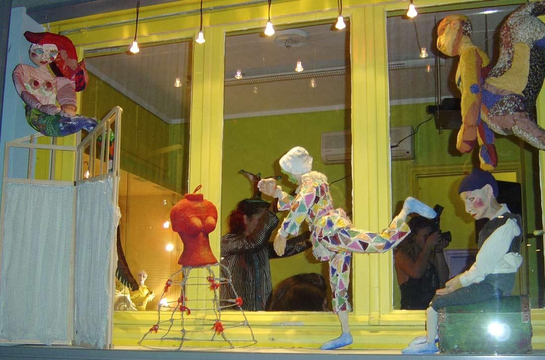 Βιτρίνα με κούκλες στο Κουκλόσπιτο Πράσσειν Άλογα