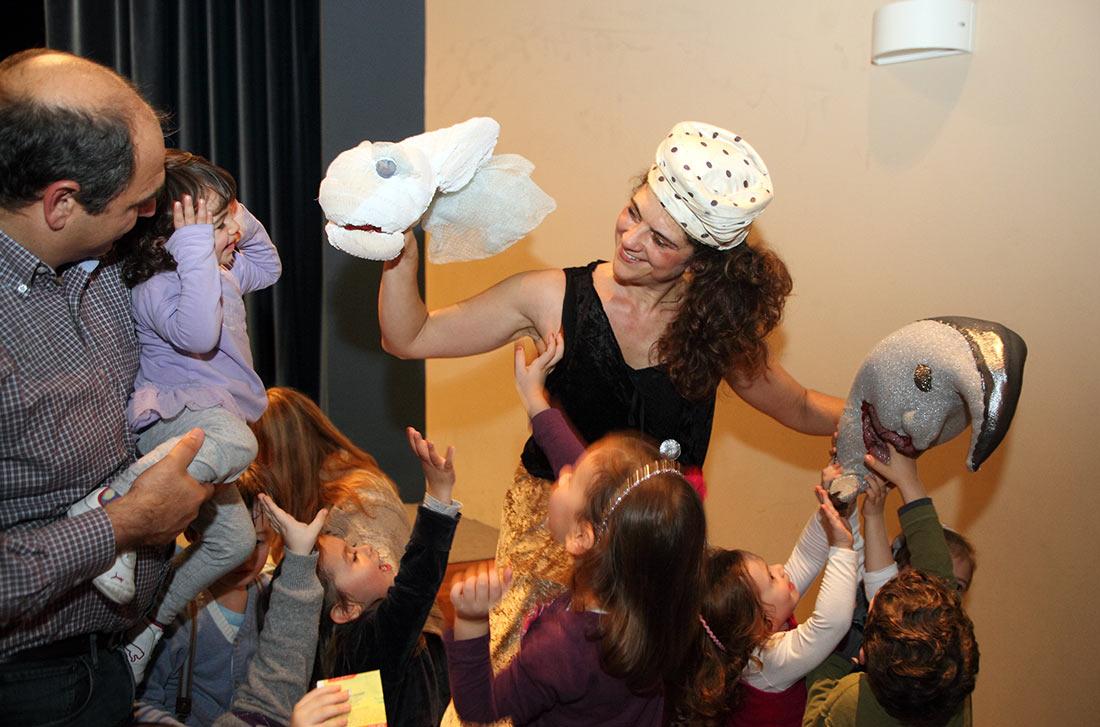 Τα παιδιά έρχονται σε επαφή με τους ήρωες της παράστασης