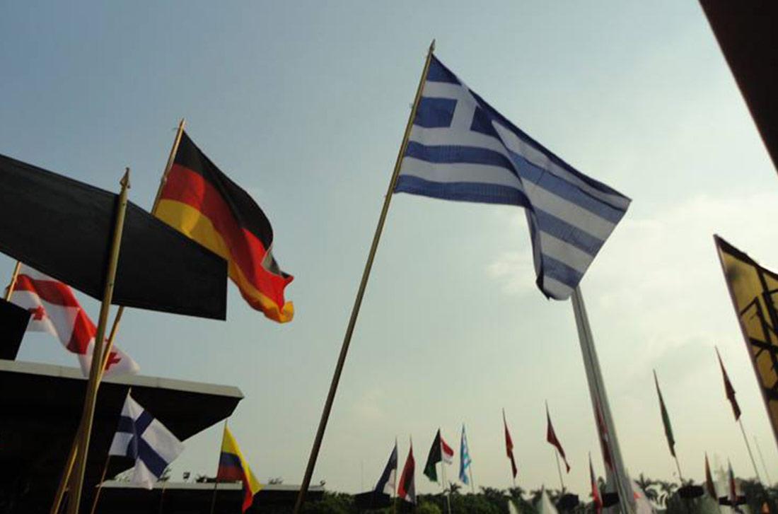 Η σημαία της Ελλάδας υωψμένη σε Διεθνές Φεστιβάλ Κούκλας